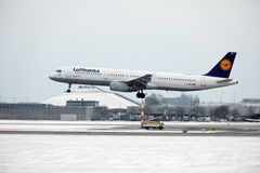 汉莎航空公司空中客车A321-100 D-AIRO从Munchen机场离开了 免版税库存照片