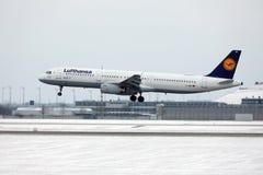 汉莎航空公司空中客车A321-100 D-AIRO从Munchen机场离开了 免版税库存图片