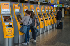 汉莎航空公司自已服务登记在法兰克福机场,德国 库存照片
