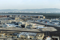 汉莎航空公司航空器准备好上在终端1 免版税库存照片