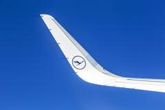 汉莎航空公司航空器左翼在蓝天的 免版税库存照片