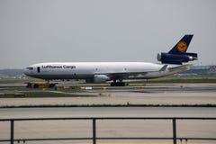汉莎航空公司货机在法兰克福机场中的做出租汽车, FRA 免版税库存图片