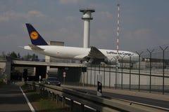 汉莎航空公司货机在法兰克福机场中的做出租汽车, FRA 库存图片