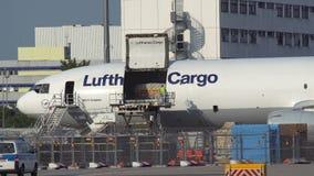汉莎航空公司货物卸载在法兰克福机场的麦克当诺道格拉斯公司MD-11 股票录像