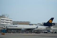 汉莎航空公司货物在货物终端的麦克当诺道格拉斯公司MD-11  库存图片
