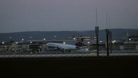 汉莎航空公司货物接近在日出的麦克当诺道格拉斯公司MD-11 股票录像