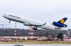 汉莎航空公司货物航空公司MD-11货轮,机场普尔科沃,俄罗斯圣彼德堡2017年12月02日, 图库摄影