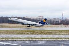 汉莎航空公司货物航空公司MD-11货轮,机场普尔科沃,俄罗斯圣彼德堡2017年12月02日, 免版税图库摄影