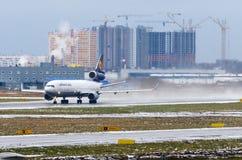 汉莎航空公司货物航空公司MD-11货轮,机场普尔科沃,俄罗斯圣彼德堡2017年12月02日, 库存照片