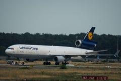 汉莎航空公司货物麦克当诺道格拉斯公司MD-11拖曳在airfiel 图库摄影