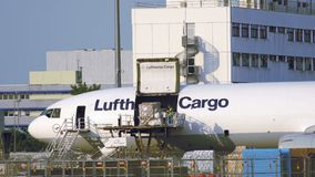 汉莎航空公司货物麦克当诺道格拉斯公司MD-11装货在法兰克福机场 股票录像