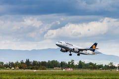 汉莎航空公司离开从萨格勒布机场的空中客车 免版税库存照片