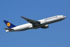 汉莎航空公司货物波音777-F飞机 免版税库存图片