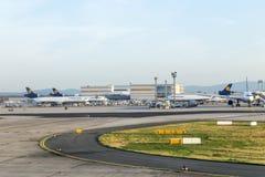 汉莎航空公司货物航空器准备好上在终端1 免版税库存照片