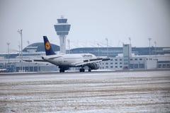 汉莎航空公司CityLine巴西航空工业公司ERJ-195 D-AEMD在慕尼黑机场 库存照片