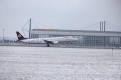 汉莎航空公司CityLine巴西航空工业公司ERJ-195 D-AEMD在慕尼黑机场 库存图片