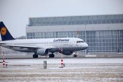 汉莎航空公司CityLine巴西航空工业公司ERJ-195 D-AEMD在慕尼黑机场 图库摄影