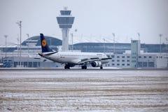 汉莎航空公司CityLine巴西航空工业公司ERJ-195 D-AEMD在慕尼黑机场 免版税库存图片