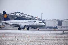 汉莎航空公司CityLine巴西航空工业公司ERJ-195 D-AEMD着陆在慕尼黑机场 库存照片