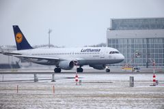 汉莎航空公司CityLine巴西航空工业公司ERJ-195 D-AEMD着陆在慕尼黑机场 图库摄影