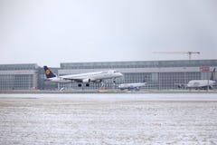 汉莎航空公司CityLine巴西航空工业公司ERJ-195 D-AEMD着陆在慕尼黑机场 库存图片