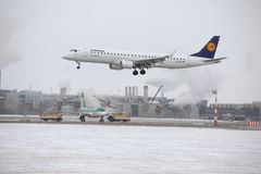 汉莎航空公司CityLine巴西航空工业公司ERJ-195 D-AEMD着陆在慕尼黑机场 免版税库存图片