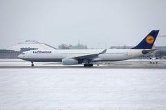 汉莎航空公司CityLine巴西航空工业公司ERJ-195 D-AEMD着陆在慕尼黑机场 免版税库存照片