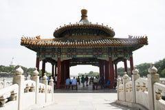 汉语亚洲,北京,皇家庭院,北海公园,古老大厦,白色塔 免版税库存照片