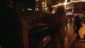 汉语和游人舞蹈三亚河的堤防的库存英尺长度录影 影视素材