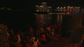 汉语和游人舞蹈三亚河的堤防的库存英尺长度录影 股票录像