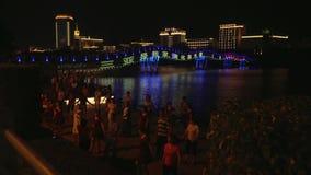 汉语和游人舞蹈三亚河的堤防的库存英尺长度录影 股票视频