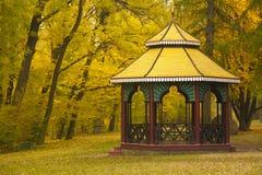 汉语在秋天公园喜欢亭子 免版税库存图片