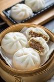 汉语蒸在木容器,选择聚焦的小圆面包 免版税库存图片