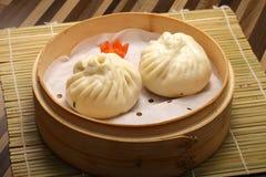 汉语蒸小圆面包充满猪肉和菜 免版税库存照片