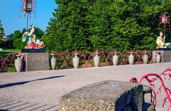 汉语雕象与大灯笼的在杆坐大中国桥梁 免版税库存图片