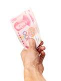 汉语100元人民币钞票在男性手上 免版税库存图片