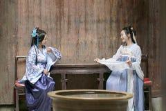 汉语经典妇女在Hanfu礼服 互相的闲谈 免版税库存图片