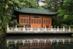 汉语经典庭院池塘 免版税库存图片