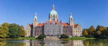 汉诺威新的市政厅的全景  免版税库存照片