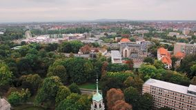 汉诺威,德国概略的看法 许多树和绿色空间 居民住房和路 t 股票录像