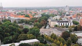 汉诺威,德国概略的看法 许多树和绿色空间 市中心、居民住房和公路交通 股票视频