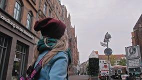 汉诺威,德国- 2018年10月:有背包的旅游女孩探索和考虑视域的 历史的中心 股票视频