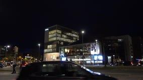 汉诺威,德国- 2017年11月22日:在汉诺威街道上的城市生活11月晚上 股票录像