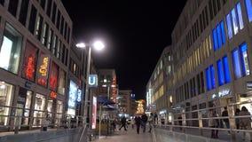 汉诺威,德国- 2017年11月22日:在汉诺威街道上的城市生活11月晚上 影视素材