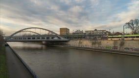 汉诺威,德国- 2017年12月29日:在汉诺威转移公共交通工具中止和德国内陆的运河 4K 影视素材