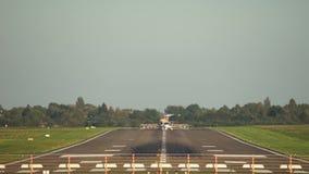 汉诺威,德国- 2017年10月01日:客机在汉诺威机场登陆 股票视频