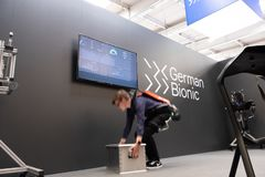 汉诺威,德国- 2019年4月02日:德国利用仿生学的工业IoT的礼物第一个机器人外骨骼 免版税库存图片