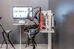 汉诺威,德国- 2019年4月02日:德国利用仿生学的工业IoT的礼物第一个机器人外骨骼 库存图片