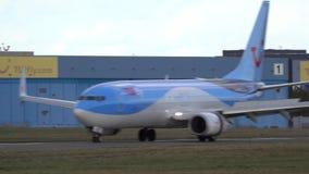 汉诺威,德国- 2018年10月03日:飞机着陆在汉诺威机场 股票视频