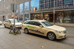 汉诺威,德国 2017年11月20日 汉诺威街道  Spielbank汉诺威办公室 在前景的出租汽车汽车 免版税库存图片